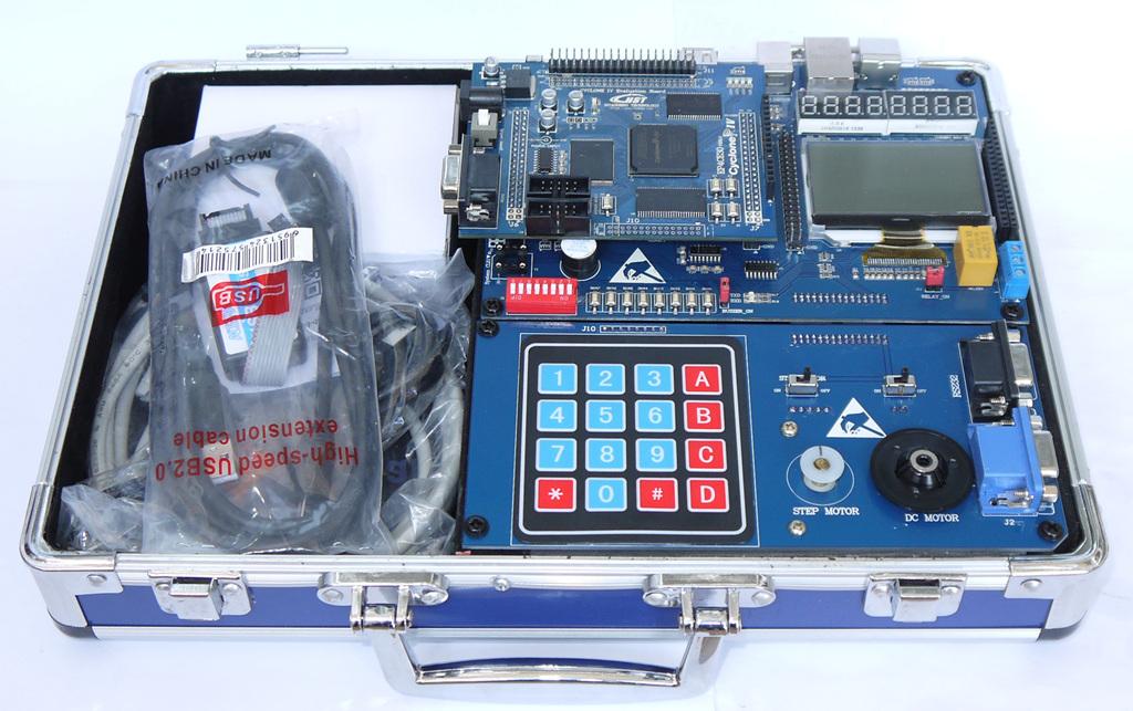 三:EDA底板构成及其说明 我们设计了功能强大,价格低廉的EDA底板和种类众多的各种扩展板。这块EDA6.1底板是本着EDA的发展和使用方向,根据教学和产品的开发方便专门设计完成。   EDA6.1底板布局图        EDA底板连接128 X 64点阵图形,中文图像液晶显示实验    核心板连接LCD1602实验    系统运行DEMO测试程序         高速AD/DA实时采集回放实验(DA发生输出正弦波,AD实时采集) 实验视频地址:http://v.